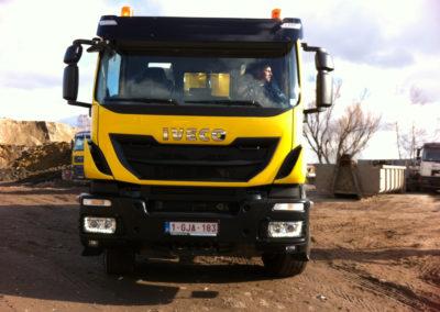 Camion Benne Iveco de face